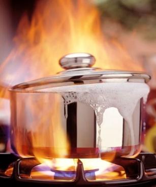 Cucinano pasta senz'acqua: Cucina in fiamme