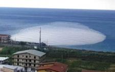 Amantea, ma che cosa è quella misteriosa macchia bianca nel mare?