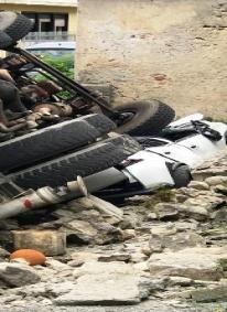 Belvedere M. Un  camion sfonda un muretto e distrugge un'auto